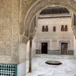 Вид на фасад из Золотой комнаты. Альгамбра