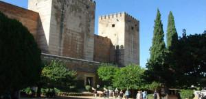 Башни военной крепости крепости на Альгамбре