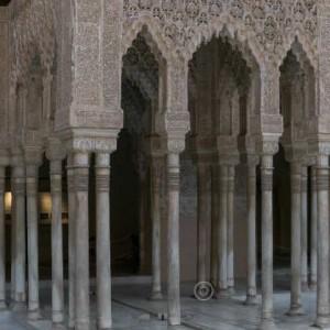 Зал Мокарабес на Альгамбре. Вид из центра Львиного дворика