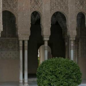 Зал Мокарабес на Альгамбре. Вид их центра Львиного дворика