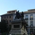 Монумент на площади Изабелле и Колумбу