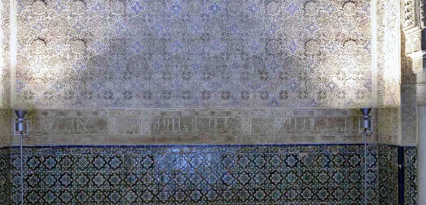 Украшение на стене в Зале Абенсеррахов Альгамбра. Гранада
