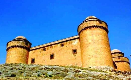 """Экскурсия """"Замок, вино и пещеры"""" состоит из нескольких моментов: посещение винодельни и дегустация вин Гранады, замок Ла Караола и пещерный квартал Гуадикса."""